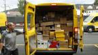 Wenn der Pösteler kommt, bringt er immer häufiger ein Paket - dem Onlinehandel sei Dank. Trotzdem: Das grosse Geschäft macht die Post mit den Päckli nicht.