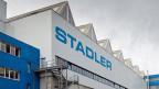 Das Firmenlogo der Stadler Rail am Hauptsitz in Bussnang.
