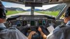 Piloten im Cockpit auf der Landebahn des Flughafens von Lugano-Agno.