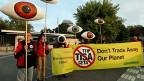 TiSA beschränke nationale Spielräume, argumentieren die Kritiker. Neue Liberalisierungen etwa könnten, wenn TiSA einmal in Kraft sei, nicht mehr zurückgenommen werden – nicht einmal dann, wenn sie sich im Nachhinein als falsch erwiesen.  Bild: Proteste gegen TiSA, am 20. September in Genf.