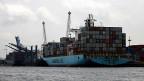 Weil Kenia sich lange gegen das Freihandelsabkommen sträubte, hat die EU vor gut zwei Jahren unter anderem bis zu elf Prozent Strafzölle für die kenanische Blumenindustrie erhoben. Bild: Container-Frachtschiff im Hafen der kenianischen Hauptstadt Lagos.