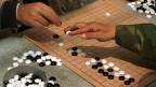 Das Vorgehen der Chinesen gleicht dem chinesischen Schachspiel WeiQi, hier auch bekannt als Go: Dabei geht es nicht darum, den Gegner zu vernichten, sondern all seine Figuren so einzukesseln, dass sie sich nicht mehr bewegen können.