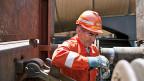 Werden die Männer in Orange überflüssig, wenn die automatische Kupplung an Güterwagen kommt? Nein, sagt der Mann von SBB-Cargo. Rangierarbeiter brauche es auch in Zukunft. Weil es aber in letzter Zeit schwierig sei, junge Leute für diesen Beruf zu begeistern, könnte die neue Technologie helfen, den Nachwuchsmangel zu beheben.