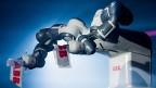 Von der neuen Roboter-Generation ist ABB-Chef Spiesshofer begeistert: Der neueRoboter heisst Yumi; er verrichtet nicht nur Arbeiten, sondern lernt stets dazu – dank Sensoren und Kameras.