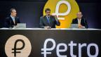 Venezuelas Präsident Nicolas Maduro präsentiert die staatliche venezolanische Kryptowährung Petro.