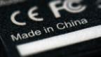 Auf der Rückseite einer Fernbedienung steht «Made in China» sowie die CE-Kennzeichnung.