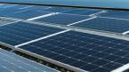 Sonnenkollektoren der Photovoltaikanlage auf dem Dach des College du Cret-du-Chene in Neuchatel.