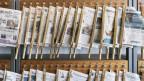 An einer Universität hängen Zeitungen zur Ausleihe.
