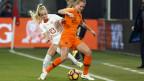 Die Schweizer Stürmerin Alisha Lehmann (li.) und die niederländische Verteidigerin Desiree van Lunteren am WM-Qualifikationsspiel vom 8. November 2019.