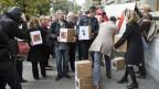 Personen einer breiten Koalition aus rund 80 Organisationen reichen im Oktober 2016, die Konzernverantwortungsinitiative in Bern ein.