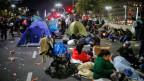 Schon im Juli campierten Menschen in den Strassen von Buenos Aires, Argentinien.