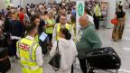 Passagiere an den Check-Schalter von Thomas Cook am Flughafen von Mallorca, nachdem das älteste Reiseunternehmen der Welt zusammengebrochen ist.