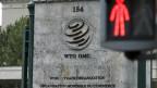 Das Logo der WTO vor dem Gebäude des Hauptsitzes der Welthandelsorganisation WTO in Genf.