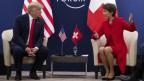 Die beiden Staatsoberhäupter sitzen vor den Flaggen ihres Landes. Sommaruga gestikuliert, Trump blickt in ihre Richtung.
