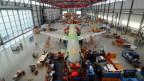 Zu sehen ist ein sich noch im Bau befindliches Flugzeug in einer Produktionshalle von Airbus.