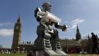 Ein Roboter , am 23. April 2013 vor der Westminster Abbey und dem britischen Parlament. Teil einer Protestaktion gegen sogenannte Killerroboter - die selbständig entscheiden, ob sie töten oder nicht.