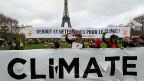 Die Idee ist simpel: Anstatt dass ein Kohle- oder Gaskraftwerk die Atmosphäre mit CO2 verschmutzt, pumpt man das Treibhausgas in den Untergrund. Dort wird es in Felsspalten und Poren gespeichert, sozusagen versteinert. Bild: Klimaschützer im Dezember 2015 in Paris.