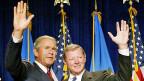 Der Frage nach der Erderwärmung in den letzten 1000 Jahren hat Ray Bradley seine wissenschaftliche Karriere gewidmet. Unter der Regierung George W. Bushs warfen drei republikanischen Kongress-Abgeordnete – unter ihnen Jim Inhofe – Bradley und seinem Forschungsteam vor, sie hätten mit unlauteren wissenschaftlichen Methoden gearbeitet. Bild: US-Präsident George W. Bush und der Republikaner Jim Inhofe im August 2002.