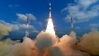 Mit 104 Raketen an Bord hebt die indische Trägerrakete PSLV-C37 ab. Der sogenannte Weltraumvertrag von 1967, dem 102 Staaten zugestimmt haben, regelt die Grundsätze der Weltraumaktivitäten einzelner Staaten. Für Forschung und wirtschaftliche Nutzung ist der Weltraum weitgehend frei – mit der Einschränkung, dass die gesamte Menschheit davon profitieren muss.