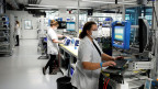 Mitarbeiterinnen der Hamilton Medical AG testen Beatmungsgeräte.