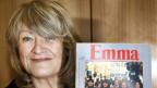Alice Schwarzer mit der Erstausgabe von Emma