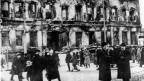 Zu sehen ist die zerstörte Stadt St. Petersburg nach der Februar-Revolution 1917.