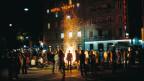 Jugendliche sitzen in Zürich um ein Feuer während der Jugendunruhen in den 80er Jahren