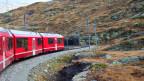 Kleine, rote Bahn auf ihrem Weg durch die Alpen.