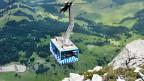 Die blau-weiss gestreifte Gondel der Säntis-Schwebebahn.