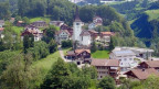 Dorf mit Kirche.