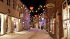 Weihnachtlich, verschneite Strasse.
