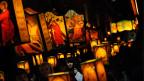 Beim Umzug im Rahmen der Osterprozession in Mendrisio tragen die Teilnehmer mit biblischen Motiven geschmückte Lampen mit sich.