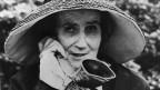 So kannte man Madame de Meuron: Die Berner Aristokratin fiel schon wegen ihres Äusseren auf. Sie trug immer Trauerkleidung, einen Hut und war mit Spazierstock und Hörrohr unterwegs.