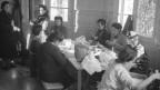 Franzosenmädchen gegen Ende des Zweiten Weltkrieges in der SRK-Nähstube in Zürich.