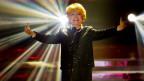 Lys Assia im Schweinwerferlicht auf der Bühne.