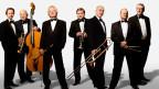 Sieben Mann-Orchester im Smoking.