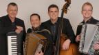 Die vier Musiker mit ihren Instrumenten: Piano, Kontrabass, Akkordeon und Schwyzerörgeli.