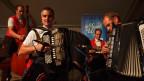 Die Musikformation mit zwei Akkordeon, einem Keyboard und einem Kontrabass beim Spiel auf der Bühne.