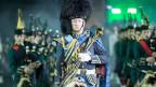 Die schottische Formation in ihren landestypischen Uniformen beim Marschieren und Musizieren.
