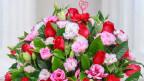 Ein Rosenbouquet mit Herz-Dekor.