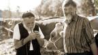 Zwei Appenzeller Bauern bei einer Viehschau.