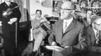 In den «7 Stuben» des Berner Volkshauses treffen sich am Tag der Arbeit Laendlermusikanten, Saenger, Jodler wie auch der Mundartdichter Beat Jaeggi (1915-1989). Er liest aus seiner Gedichtmappe. Der Abend wird im Rahmen der Sendung «Fuer Stadt und Land» des Schweizer Fernsehens ausgestrahlt. Aufgenommen am 1. Mai 1972 in Bern.