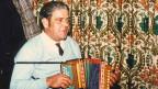 Fredy Zwimpfer spielt in einer Gaststube Schwyzerörgeli.