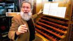 Wolfgang Sieber an seinem Wirkungsort: An der mächtigen Orgel in der Luzerner Hofkirche St. Leodegar.