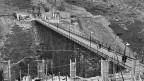 Arbeitsbrücke mit Tunneleingang auf der italienischen Seite des Grossen Sankt Bernhard, aufgenommen am 9. Oktober 1959.