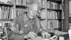 Die Schweizer Kabarettistin Elsie Attenhofer (1909-1999) in ihrer Wohnung in Bassersdorf, aufgenommen im Februar 1989.