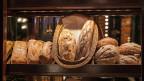 Im Schaufenster ausgelegte Brote.