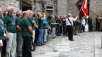Nach der Ankunft in Rapperswil wird die Fahne der Schweizerischen Chorvereinigung im Schlosshof in Empfang genommen.