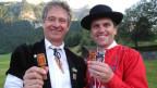 Fritz Frautschi (links) und Redaktor Roman Portmann testen verschiedene Mundstücktypen.