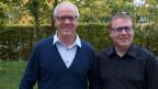 Peter Künzi und Moderator Sämi Studer in einem Garten.